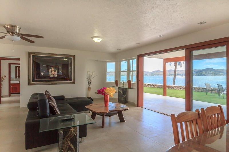 Cette belle 3600 pieds carrés, la maison avant 6 chambres de la baie, est non seulement l'endroit idéal mais