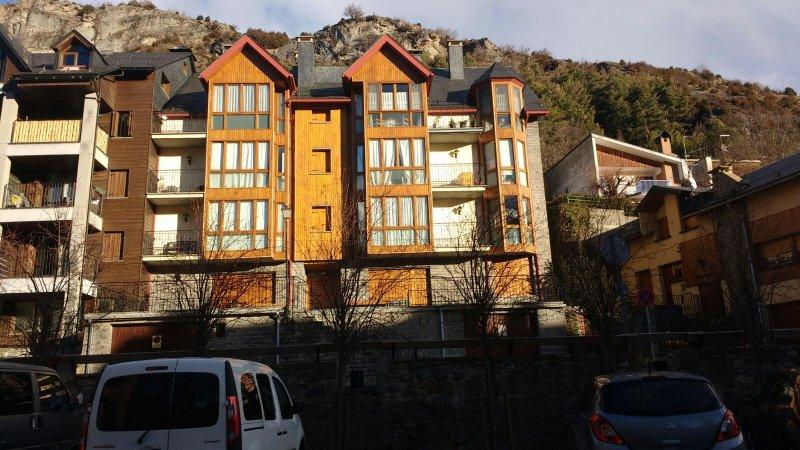 Apartamento en el pueblo de Panticosa con vistas, holiday rental in Tramacastilla de Tena