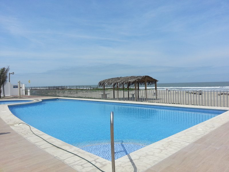 Playas Ecuador - Hermosa Casa Vacacional al pie del mar, holiday rental in Guayas Province