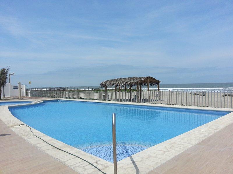 Playas Ecuador - Hermosa Casa Vacacional al pie del mar, holiday rental in Playas