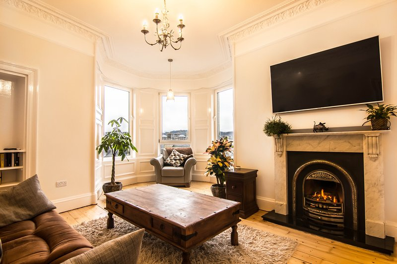 Sunny and spacious 2 bed flat with lounge, kitchen, fireplace and stunning views, holiday rental in Penicuik