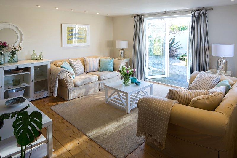 Comoda e generosa sala esposta a sud con doppio aspetto, TV e cuscini in piuma.