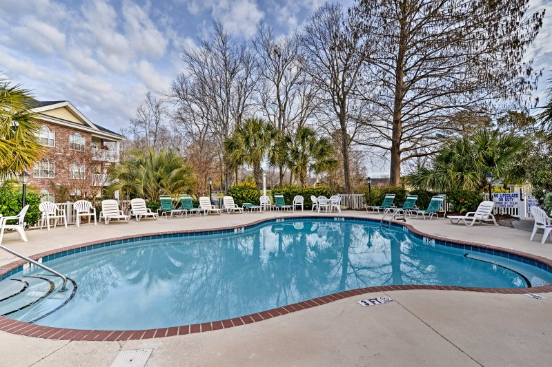 Cozy Myrtle Beach Condo on Golf Course w/Pool!, holiday rental in Socastee