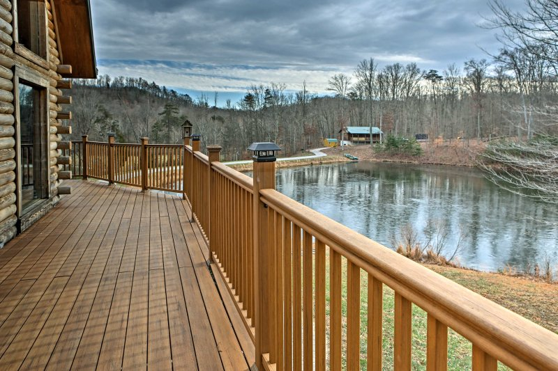Underwood Home w/40 Acres, Fire Pit & Private Lake, holiday rental in Henryville