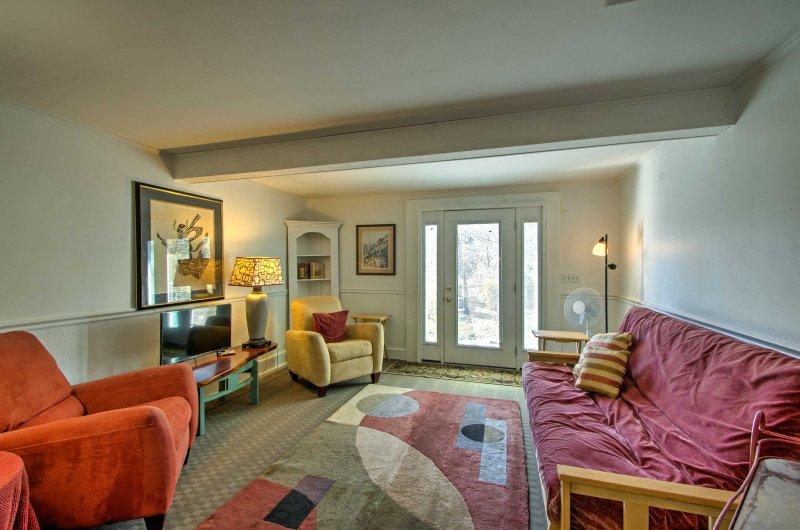 L'accogliente unità seminterrato vanta soffitti bassi, arredamento confortevole, e tutti gli elettrodomestici necessari per farvi sentire come a casa.
