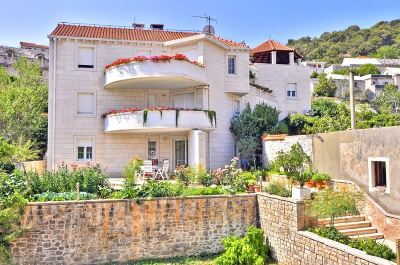 Pucisca Apartment Sleeps 4 with Air Con - 5459746, vacation rental in Pucisca