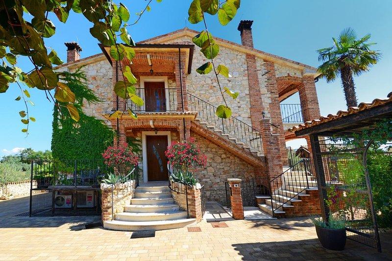 Radosi kod Visnjana Apartment Sleeps 5 with Pool and Air Con - 5569931, location de vacances à Nova Vas