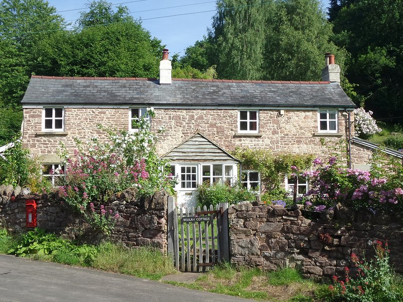 BEULAH COTTAGE, games room, woodburners, spacious garden, in Littledean, Ref, holiday rental in Forest of Dean