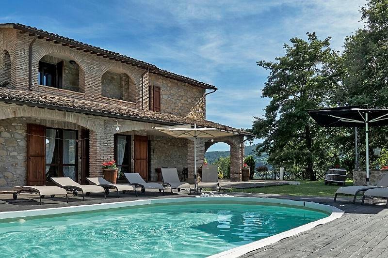Valtopina Villa Sleeps 9 with Pool and WiFi - 5218491, Ferienwohnung in Armenzano