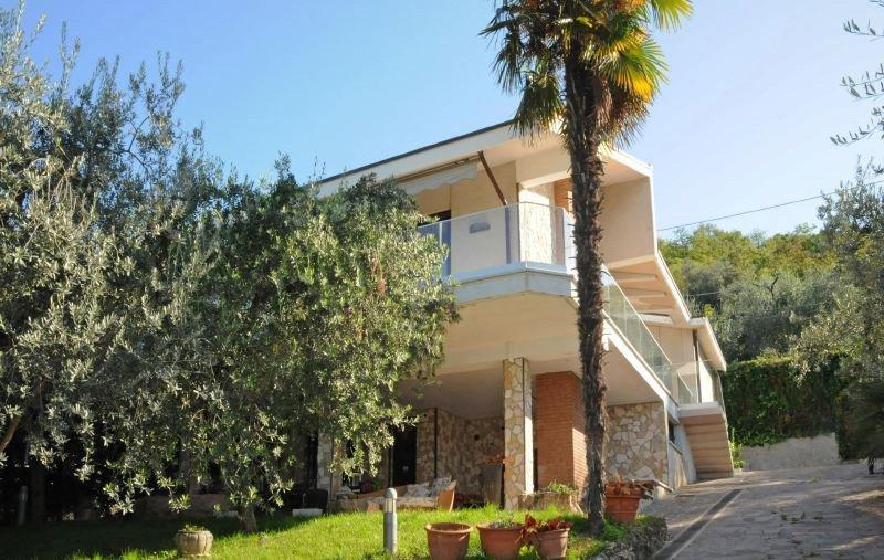 Torri del Benaco Villa Sleeps 10 with Pool Air Con and WiFi - 5218466, vacation rental in Albisano