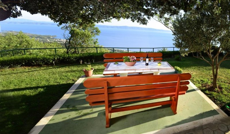 Tucepi Holiday Home Sleeps 7 with Pool and Air Con - 5466625, location de vacances à Marasi