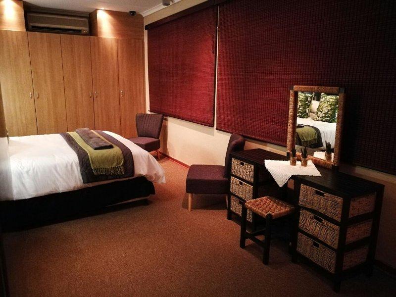 zona de dormitorio principal con cama de matrimonio