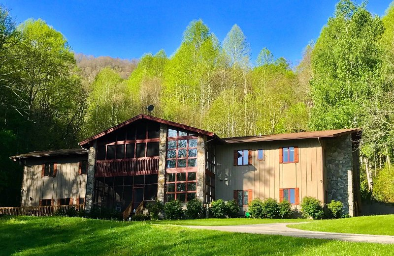 The Hive Lodge - A Rustic Farmhouse Style Lodge in the Smokies, holiday rental in Bryson City