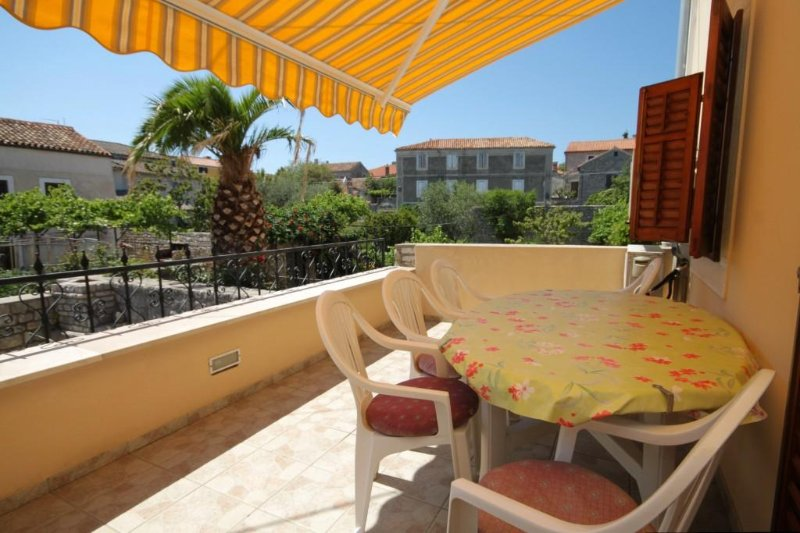Osor Apartment Sleeps 5 with Air Con - 5467891, vacation rental in Ustrine