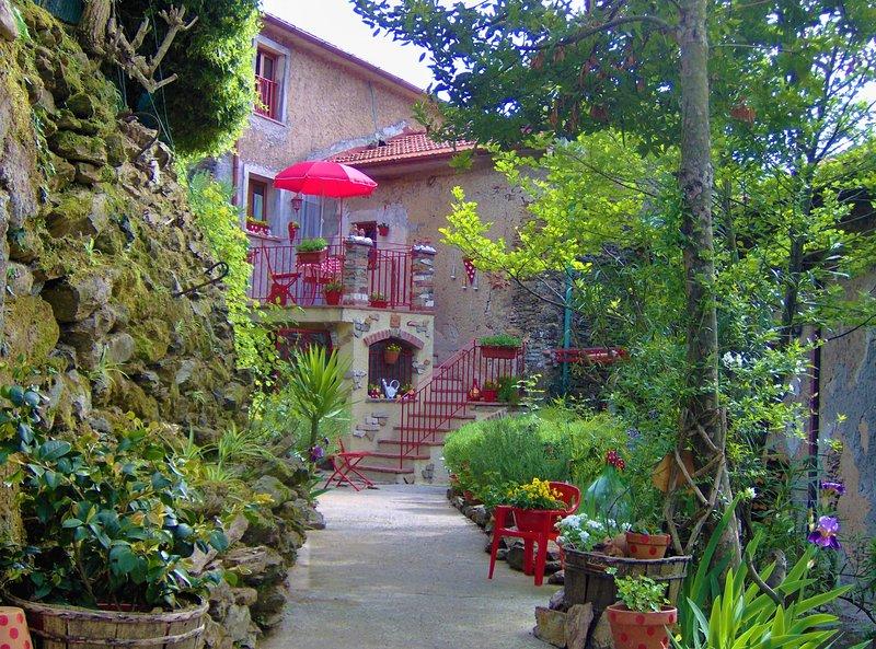 Una casa de campo situada en el bosque castañas. Lugar privado en el pueblo.