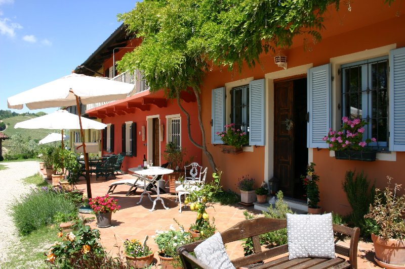 CA MOMPLIN I - FARMHOUSE IN LANGHE AND ROERO ( Pool at Exclusive Country Club), vacation rental in Govone