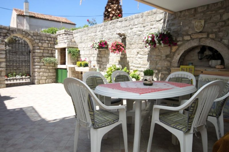 Osor Apartment Sleeps 5 with Air Con - 5467888, vacation rental in Ustrine