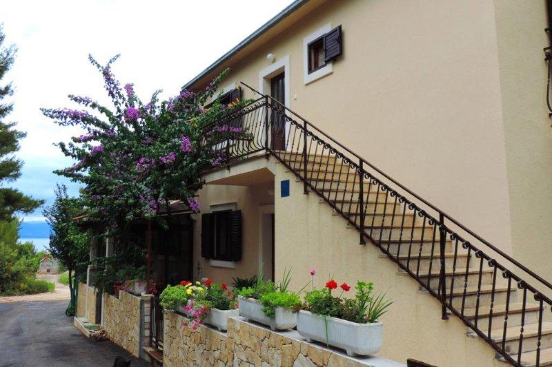 Two bedroom apartment Mirca, Brač (A-2886-b), alquiler de vacaciones en Sumpetar