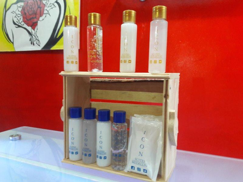 Champu, acondicionador, gel antibacterial, loción corporal y jabón en cada dormitorio