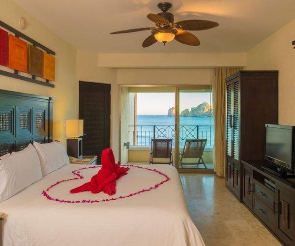 habitación privada con cama de matrimonio y su propio punto de vista del océano balcón
