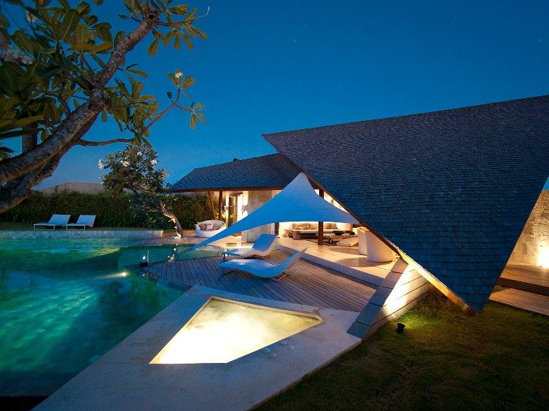 The Layar - 3 bedroom - The villa at night