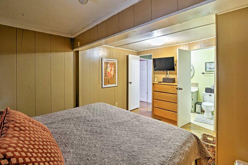 This master bedroom has an en-suite bathroom.
