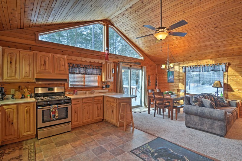 'Thunder Cove Cabin' boasts 2 bedrooms, 1 bathroom and sleeps 8 guests.