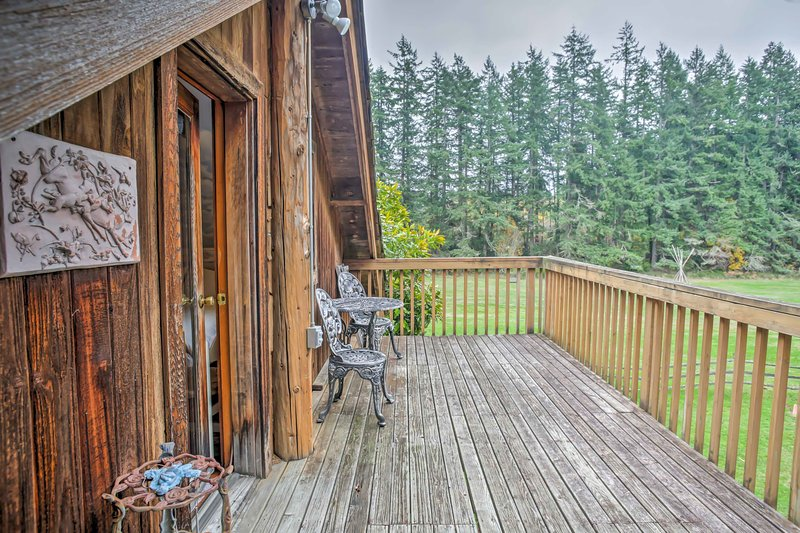 Relax at this 3-bed, 3-bath vacation rental cabin in Vashon, Washington!