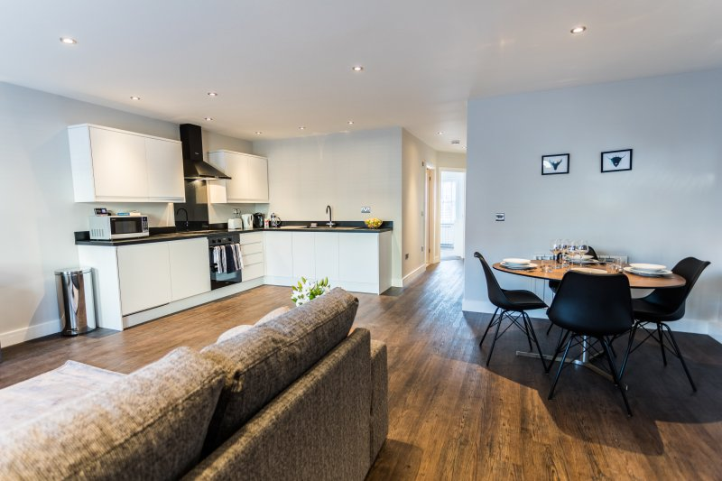 Cotswold Suite - Luxury Serviced Flat in Old Town with secure parking, alquiler de vacaciones en Broad Hinton