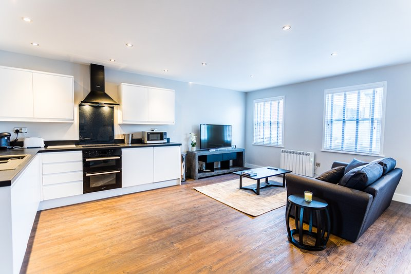 Wessex Suite - Luxury Serviced Flat in Old Town with parking, holiday rental in Swindon