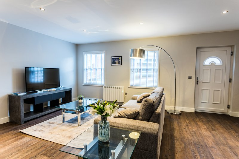 Oakley Suite - Luxury Serviced Flat in Old Town with parking, holiday rental in Swindon
