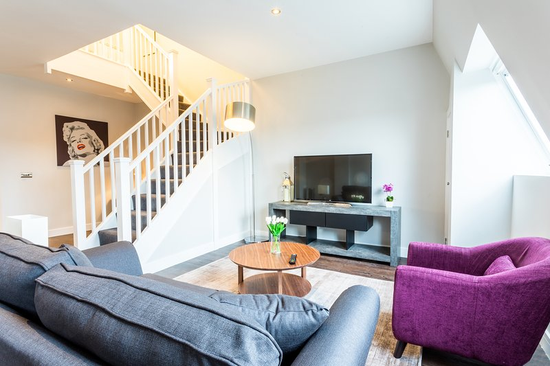 Beaufort Suite - Luxury Two Bedroom Serviced Flat in Old Town with parking, holiday rental in Swindon