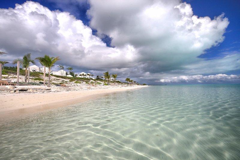 Impresionante playa de Long Bay, ideal para niños, con el Shore Club hasta el final de la playa