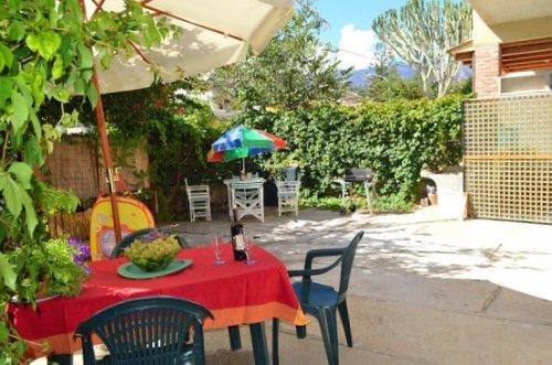 Indipendente con giardino a m 20 dalla spiaggia, con lavatoio, doccia, barbecue,, holiday rental in Alcamo