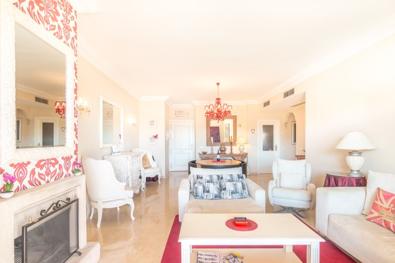 Spacious and Elegant Apartment, holiday rental in Sitio de Calahonda