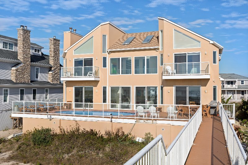 Luxury Oceanfront House! pool+Jacuzzi facing the ocean call for last min deal, holiday rental in Westhampton