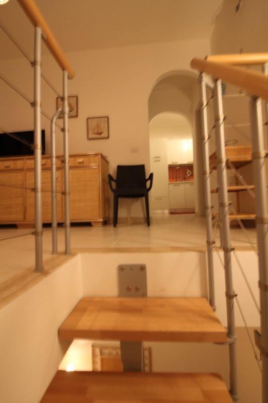 Entré / vardagsrum / matsal sett från trappan som leder till sovrummet på lägre nivå