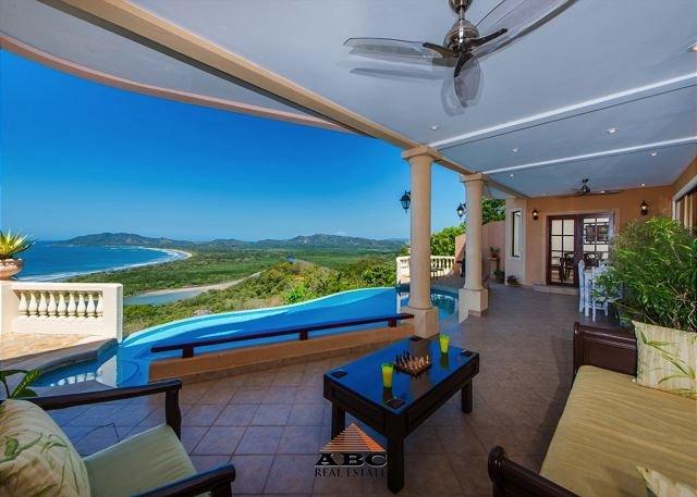 Vue panoramique de Playa Tamarindo et Grande depuis la terrasse