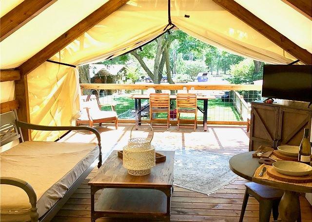 Stylish Glamping * Geronimo Creek Retreat! Insulated, AC&Heat w/ Kitchenette!, casa vacanza a Kingsbury