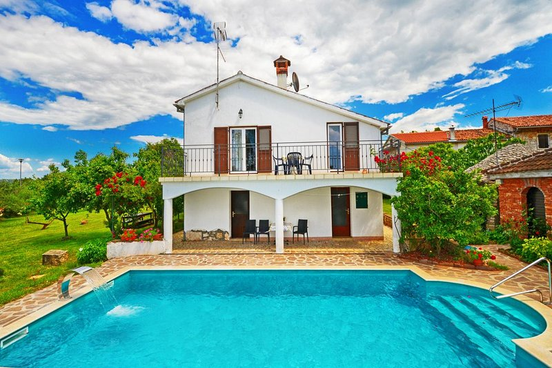 Rosini Holiday Home Sleeps 8 with Pool and Air Con - 5572537, vacation rental in Cervar Porat