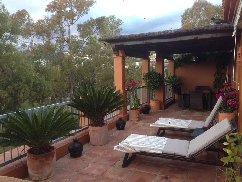 BENATALAYA / PENTHOUSE IN BENAHAVIS AREA. Front line of Atalaya Golf Course., holiday rental in Benahavis