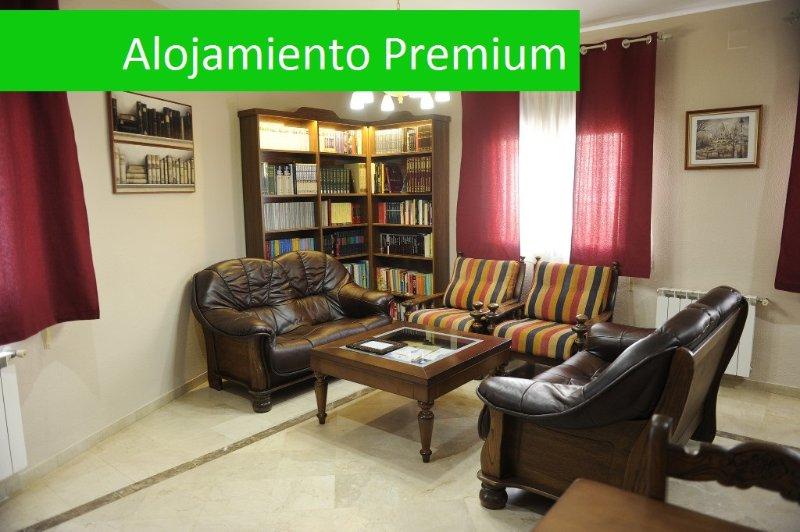 Casa Rural La Biblioteca. 7 habitaciones con capacidad para 14 adultos y 5 niños, location de vacances à Las Navillas