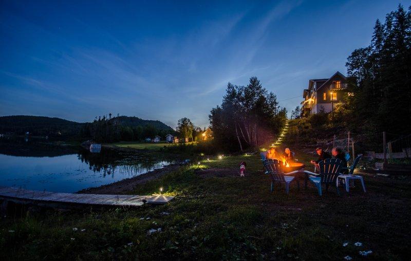 relajarse y disfrutar de un fuego de campamento