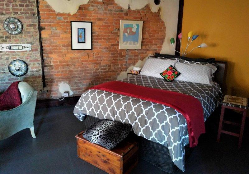 Art Loft on C-street -Stylish, spacious, serene - walk to cafes, shops, pubs, alquiler de vacaciones en Springfield
