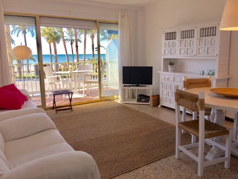 Apartment Salou in first line of sea and reformed in 2016. Wifi and parking., vacation rental in Salou