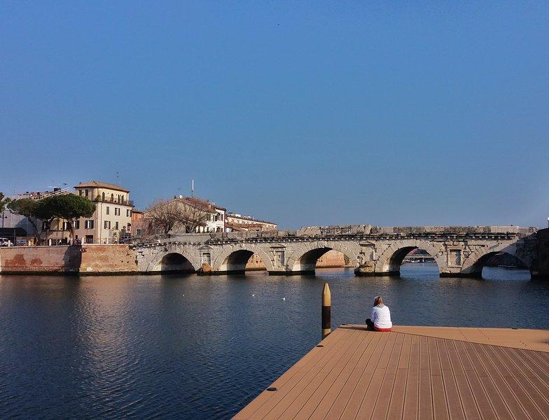 De Tiberiusbrug gezien vanaf de nieuwe Arena sull'Acqua, op een steenworp afstand van het huis.