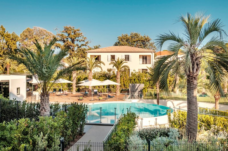 Luxury in Cap d'Antibes/Juan Les Pins with stunning pools, spa and tennis court, holiday rental in Juan-les-Pins