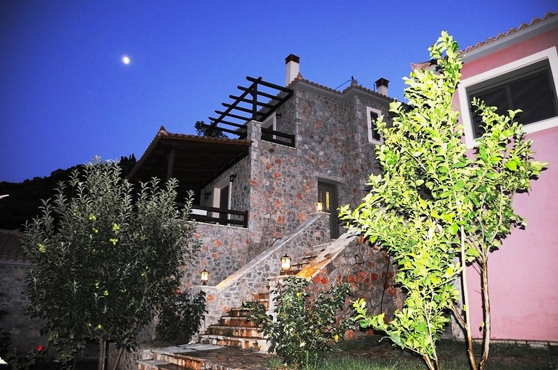 DIO GUESTHOUSES-PARNONAS 3 B/R VILLA WITH PRIVATE GARDEN, holiday rental in Tyros