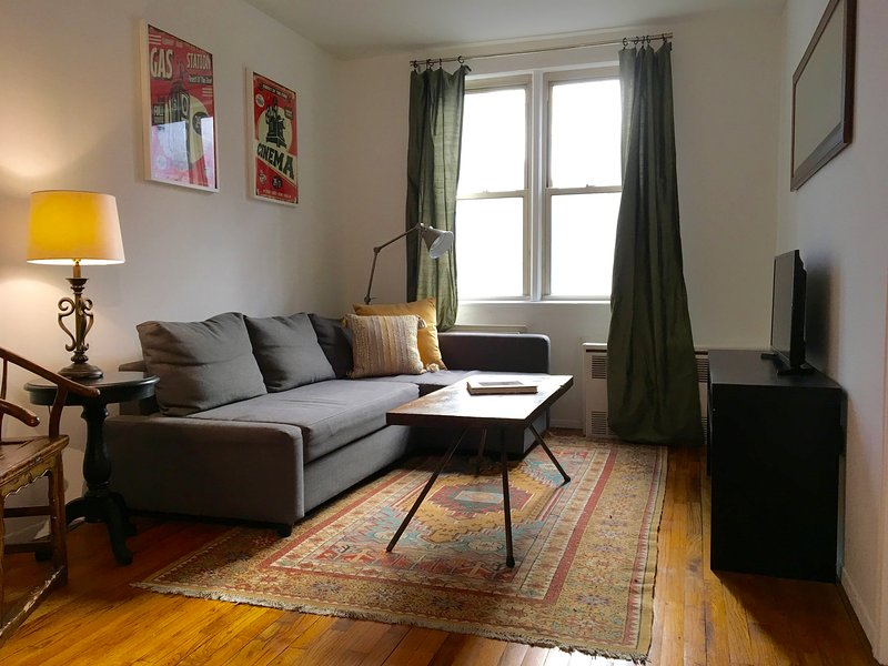 Spacious, Bright 1 Bedroom in Prime Midtown West, holiday rental in New York City