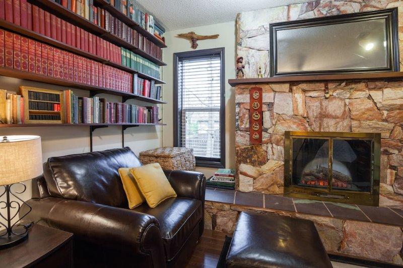 chaise confortable et une cheminée dramatique